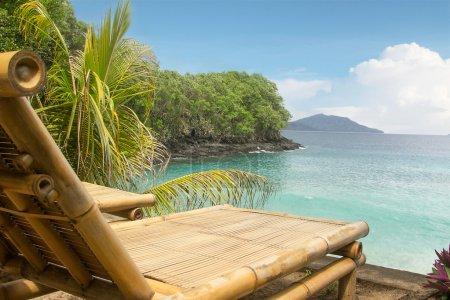 chaise en bambou sur une plage