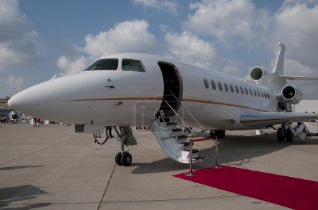 Photo pour Échelle disposée le tapis rouge avion jet privé - image libre de droit