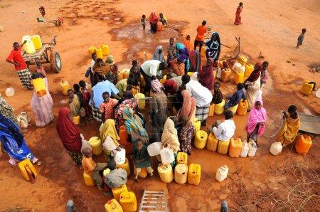 Photo pour Attendant de remplir l'eau et le désordre - image libre de droit