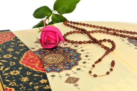 Photo pour Chapelet musulman et rose sur la Sainte qura - image libre de droit