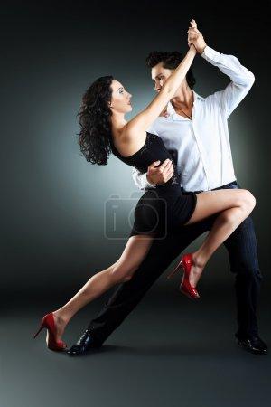 Photo pour Beau couple d'artistes professionnels, danse danse passionnée. - image libre de droit