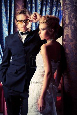 Photo pour Charmante mariée et le marié sur la célébration de leur mariage dans un restaurant de luxe. - image libre de droit