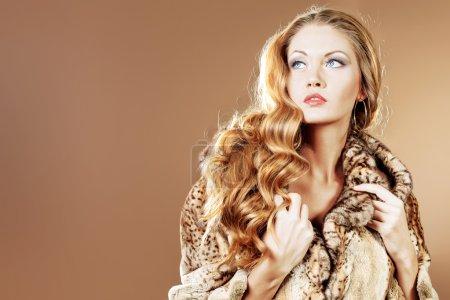 Photo pour Belles femmes glamour en manteau de fourrure, posant au studio. - image libre de droit