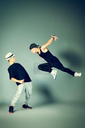 Photo pour Deux danseurs modernes dansant hip-hop en studio . - image libre de droit
