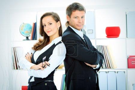 Photo pour Femme d'affaires et homme d'affaires travaillant ensemble au bureau . - image libre de droit