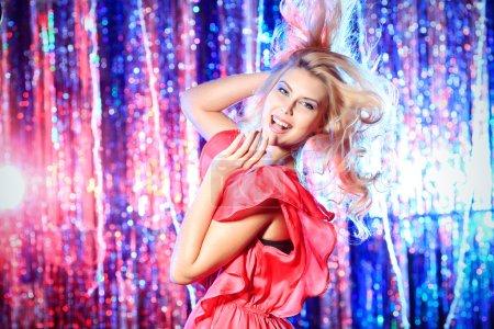 Photo pour Jeune fille moderne danse à la fête. lumières Disco. - image libre de droit