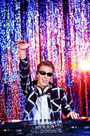 Photo pour DJ mélanger de la musique. lumières Disco en arrière-plan. - image libre de droit