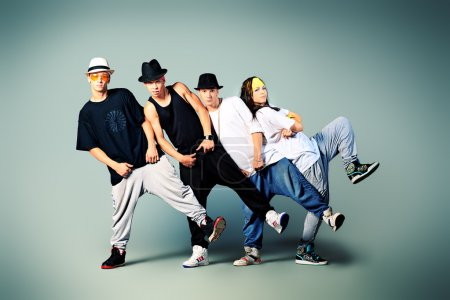 Photo pour Groupe de danseurs modernes dansant hip-hop en studio . - image libre de droit