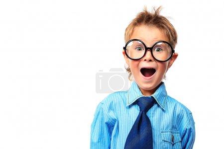 Photo pour Portrait d'un petit garçon surpris en lunettes et costume. Isolé sur fond blanc . - image libre de droit