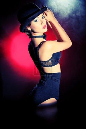 Photo pour Portrait d'art d'une femme magnifique en lingerie noire. Style rétro. Lumière et ombre . - image libre de droit