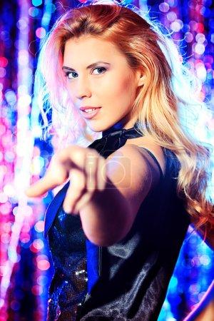 Photo pour Belle fille moderne, danse à la fête. lumières Disco. - image libre de droit