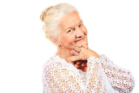 Photo pour Heureuse femme âgée souriant à la caméra. Isolé sur blanc . - image libre de droit