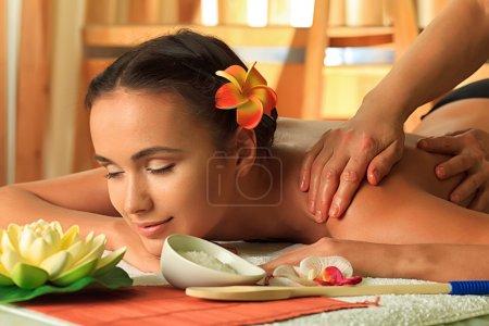 Photo pour Belle jeune femme prenant soins spa au salon. - image libre de droit