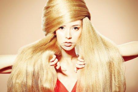 Foto de Hermosa mujer rubia con peinado de moda. - Imagen libre de derechos