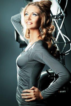 Photo pour Belle mannequin féminine posant en studio dans la lumière clignote. - image libre de droit