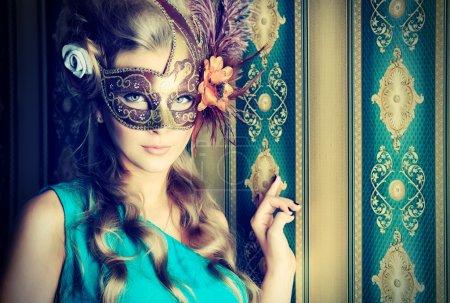 Photo pour Portrait d'une belle jeune femme dans un masque de carnaval. Style vintage . - image libre de droit