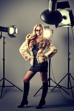 Photo pour Beau modèle féminin posant au studio de le voyant clignote. - image libre de droit