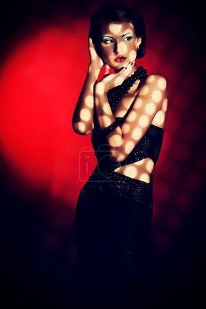 Photo pour Portrait d'art d'une belle jeune femme. style rétro. ombre et lumière. - image libre de droit