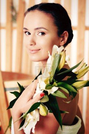 Photo pour Belle jeune femme prenant des soins spa au salon . - image libre de droit