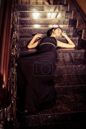 Foto de Hermosa mujer joven en un lujoso interior clásico. - Imagen libre de derechos