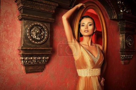 Photo pour Belle jeune femme dans un intérieur classique luxueux . - image libre de droit