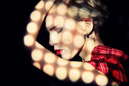 Photo pour Portrait d'un jeune mannequin à la mode posant en studio avec expression. Fond noir . - image libre de droit