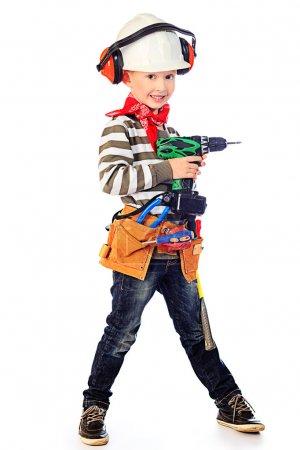 Photo pour Petit garçon dans un casque joue dans le constructeur avec des outils. isolé sur blanc. - image libre de droit
