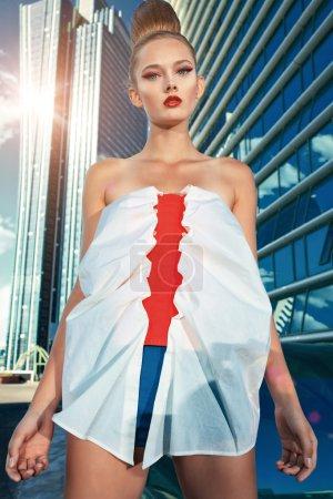 Photo pour Modèle de mode posant sur fond de grande ville . - image libre de droit