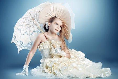 Photo pour Portrait d'une charmante petite dame dans une belle robe élégante . - image libre de droit