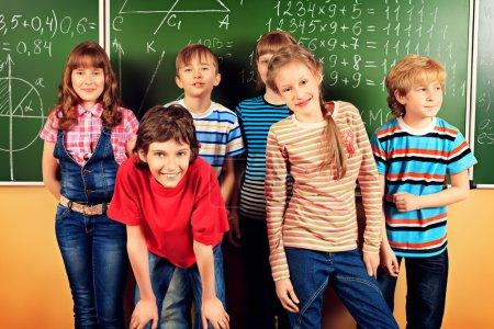 Photo pour Groupe d'écoliers heureux dans une classe. Éducation . - image libre de droit