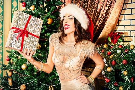 Foto de Joven atractiva en sexual lencería posando en decoraciones de la Navidad - Imagen libre de derechos