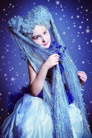 Photo pour Portrait d'une belle fille qui ressemble à une petite reine des neiges . - image libre de droit