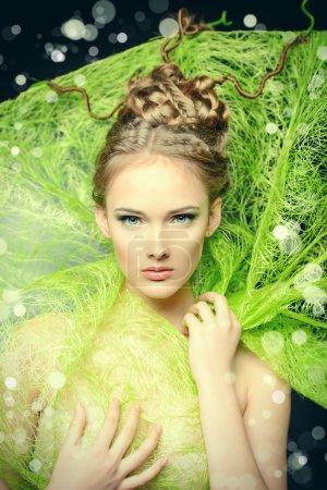 Photo pour Coup de mode d'un superbe modèle féminin avec des belle coiffure. printemps beauté. - image libre de droit