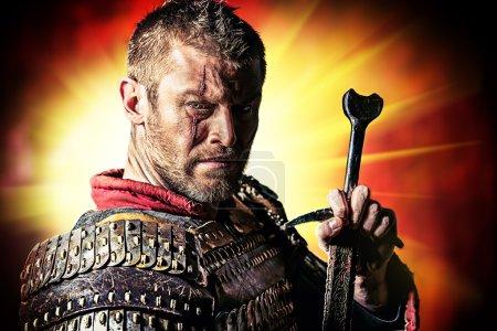 Foto de Retrato de un valiente guerrero antiguo en armadura con espada . - Imagen libre de derechos