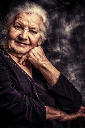 Photo pour Portrait d'une belle femme âgée souriante . - image libre de droit