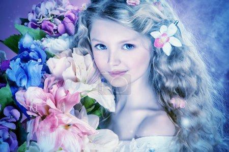 Photo pour Belle fille tendre avec de longs cheveux bouclés tient bouquet de fleurs. Sur fond rose . - image libre de droit