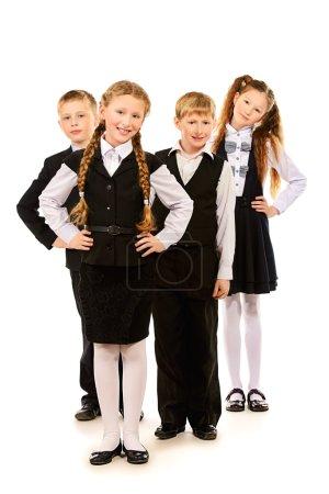 Photo pour Groupe d'écoliers joyeux debout ensemble. Isolé sur blanc . - image libre de droit