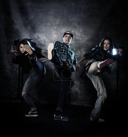 Photo pour Groupe de danseurs modernes sur fond grunge. style urbain, disco. - image libre de droit