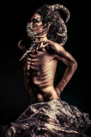 Foto de Temible hombre criatura mítica. criatura alienígena. horror. Halloween. - Imagen libre de derechos