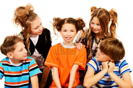 Foto de Grupo de niños sonrientes sentados juntos. aislado en blanco. - Imagen libre de derechos