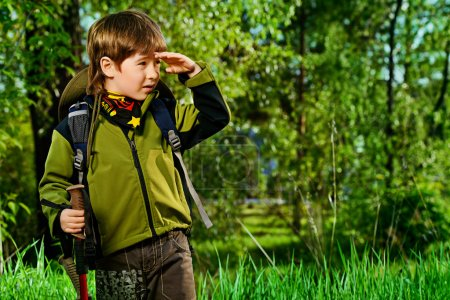 Photo pour Portrait of a cute 7 years old boy in tourist clothes posing outdoor. Summer day. - image libre de droit