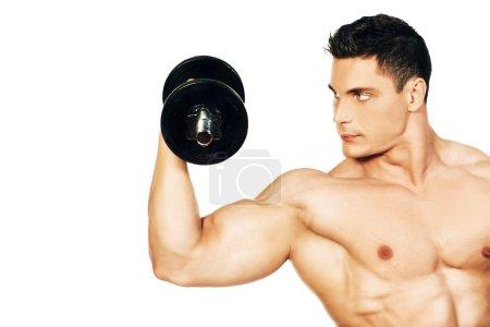 Photo pour Portrait d'un beau bodybuilder musculaire posant avec haltère. Isolé sur fond blanc . - image libre de droit