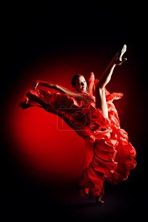 Photo pour Danseurs professionnels exécutent latino danse. passion et expression. - image libre de droit