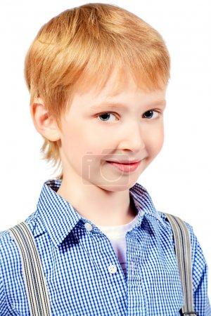 Photo pour Portrait d'un garçon heureux souriant à la caméra. Isolé sur blanc . - image libre de droit