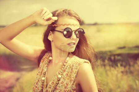 Photo pour Romantic hippie girl standing in a field. Summer. Hippie style. - image libre de droit