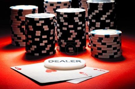 Photo pour Deux As, les jetons de poker et bouton concessionnaire. - image libre de droit