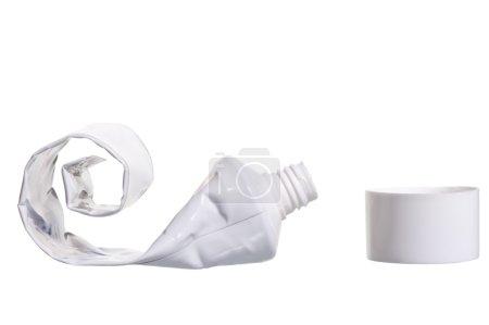 Photo pour Tube cosmétique vide avec couvercle ouvert sur fond blanc - image libre de droit