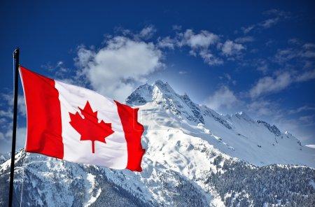 Photo pour Drapeau du Canada et belles montagnes, paysages canadiens - image libre de droit