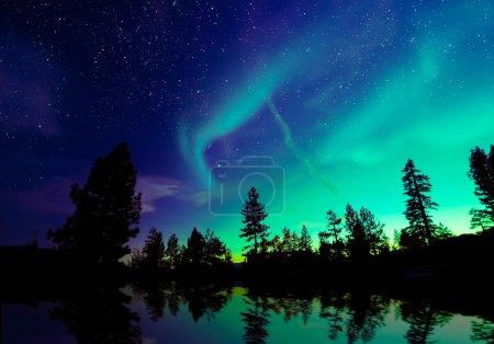Photo pour Aurores boréales aurores boréales dans le ciel nocturne sur un magnifique paysage lacustre - image libre de droit
