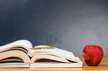 Photo pour Fournitures scolaires de photographie avec des fruits frais et savoureux - image libre de droit